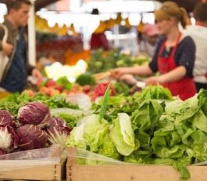 femme au marché de légume